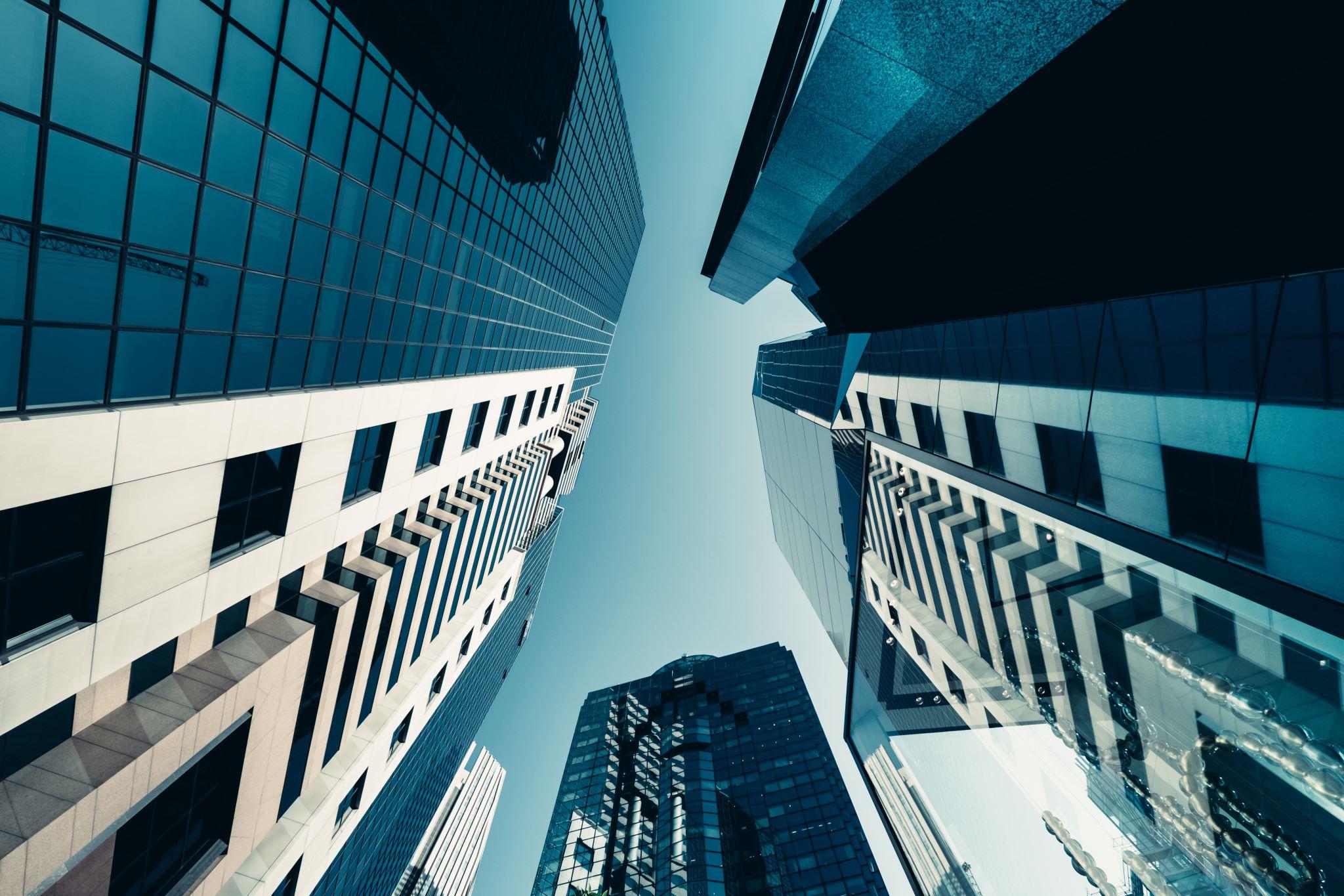 Нижний ракурс современных финансовых небоскребов, уходящих в небо