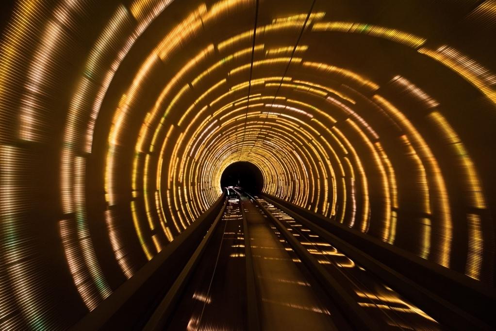 Скорость в световом туннеле